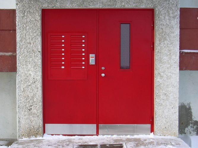 входные двери в подъезд с домофоном двухстворчатые